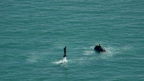 Flyboard La silueta de un hombre en el flyboard del mar Puesta del sol el días de fiesta del mar Día de fiesta del entretenimient metrajes