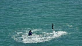 Flyboard La silueta del hombre en el flyboard del mar Puesta del sol el días de fiesta del mar Día de fiesta del entretenimiento almacen de metraje de vídeo