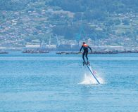 Flyboard in Vigo Hoovering ?ber Meer stockbilder