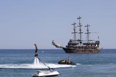 Flyboard y goleta estilizado del pirata que navega Fotos de archivo libres de regalías