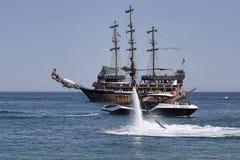 Flyboard y goleta estilizado del pirata que navega Fotos de archivo