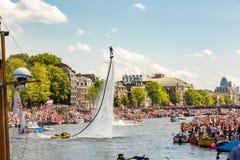 Flyboarding auf dem Amstel in Amsterdam Lizenzfreie Stockbilder