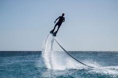 Flyboarding in den Karibischen Meeren Lizenzfreie Stockbilder