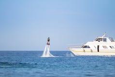 Flyboarding i ett öppet hav Arkivfoto