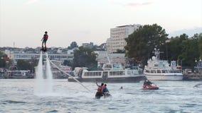 Flyboardingsfestival over de waterkant - in Augustus 2016, Sebastopol, de Krim stock videobeelden