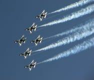 Flyby de los Thunderbirds con humo Fotos de archivo libres de regalías