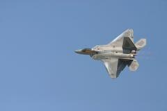 Flyby du rapace F-22 Image libre de droits