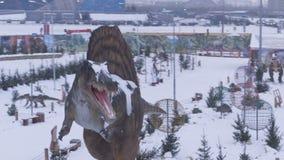 Flycam在大恐龙雕塑附近转动反对公园 影视素材
