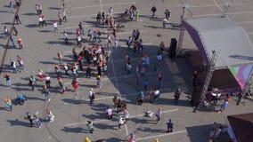 Flycam在阶段被会集的人民上转动在事件参与 股票录像