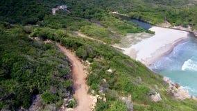 Flycam沿在小山的路移动反对盐水湖海滩 股票视频