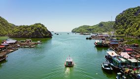 Flycam跟随在天蓝色的海湾的小船航行与浮动农场 股票视频