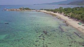 Flycam двигает вдоль береговой линии полуострова над парусниками океана