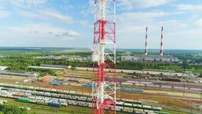Flycam-Ansicht-Turm-Bau am Eisenbahn-Parkplatz stock video
