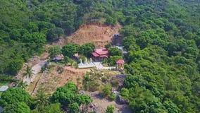 Flycam bewegt sich auf Buddhist-Tempel-Heilig-Statuen-Pagoden stock video