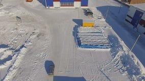 Flycam entfernt vom Gasunternehmensgebiet mit Werkstätten stock video footage