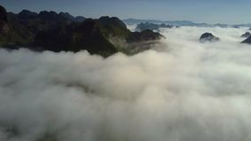 Flycam flyttar sig över vita moln som hänger på kulleblast arkivfilmer