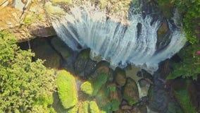 Flycam flyttar sig från grön jätte- vattenfallöverkant för stenblock upp till arkivfilmer