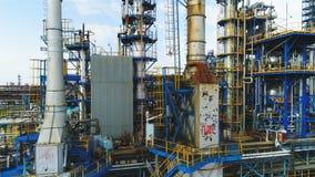 Flycam flyttar sig upp längs konstruktioner på det olje- företagterritoriet lager videofilmer