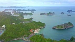 Flycam flyttningar ovanför ögruppen i fjärd med hotell i fjordar
