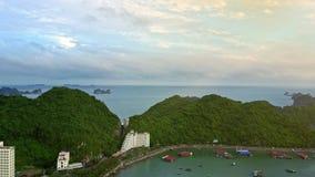 Flycam flyttningar ovanför ön i fjärden som fylls med hotell