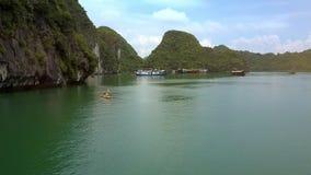 Flycam montre Azure Bay avec des sportifs naviguant sur des kayaks clips vidéos