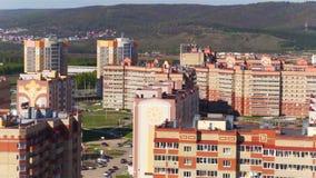 Flycam mostra casas de moradia do conforto contra a skyline filme