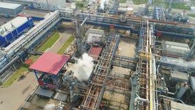 Flycam muestra la planta de la refinería del gas y de petróleo en el humo blanco almacen de video