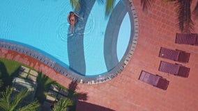 Flycam pokazuje płytki basenem i damą na wodzie zdjęcie wideo