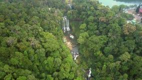 Flycam pokazuje rezerwata przyrody jar wśród dżungli zbiory wideo