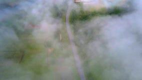 Flycam pokazuje rozrzucanie mgłę i widoczną zieloną dolinę zbiory wideo