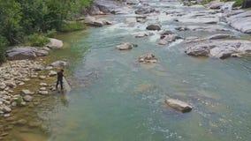 Flycam Pokazuje rybakowi Rysunkowego siatkarstwo od rzeki przeciw gwałtownym zdjęcie wideo