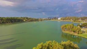 Flycam quita del lago verde tranquilo con la isla