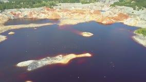 Flycam rusza się blisko do błękitnej staw wody na glinianej jamie z ptakami zdjęcie wideo