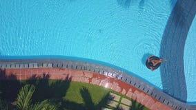 Flycam rusza się od palmowych wierzchołków przez basen zbiory