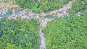 Flycam se acerca al río de la montaña rocosa entre bosque