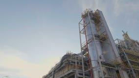 Flycam se mueve a lo largo del territorio de Petroleum Company más allá de la estructura almacen de metraje de vídeo