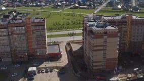 Flycam se mueve sobre altos edificios a la ciudad de la cabaña almacen de video