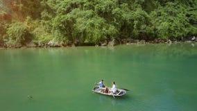 Flycam se mueve sobre la navegación de los pares en el barco en bahía de la herencia de la UNESCO almacen de metraje de vídeo