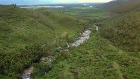Flycam sigue el río que serpentea entre Rocky Banks