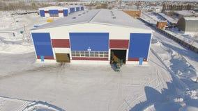 Flycam tourne autour de l'atelier situé sur le territoire d'usine clips vidéos