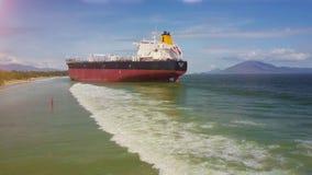 Flycam uit Vrachtschipschip wordt op Ondiepe Overzees wordt geplakt verwijderd die stock videobeelden