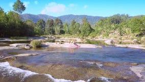 Flycam usuwa od dziewczyny w joga przedstawień rzeki gwałtownych zdjęcie wideo