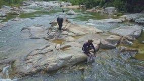 Flycam widoku facet Utrzymuje w rzece Bierze wodę w Rybią torbę zbiory