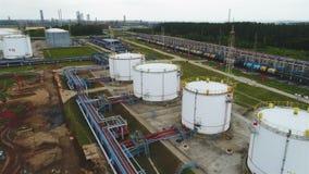 Flycambewegingen boven Petrochemische Tanks op Oliemaatschappijgrondgebied stock videobeelden
