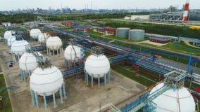 Flycambewegingen boven Reservoirs op het Grondgebied van de Olieonderneming stock videobeelden