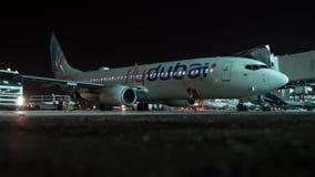 FlyDubai飞机Timelapse为离开做准备在晚上 股票录像