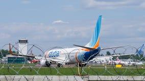 FlyDubai Боинг на авиаполе Стоковая Фотография RF