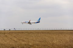 Flydubai flygplanlandning på den Vaclav Havel flygplatsen på mars 12, 2017 i Ruzyne, Tjeckien Arkivbild