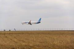 Flydubaivliegtuig die op Vaclav Havel-luchthaven op 12 Maart, 2017 in Ruzyne, Tsjechische republiek landen Stock Fotografie