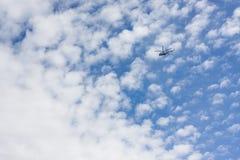 Flyes вертолета на облачном небе Стоковые Изображения